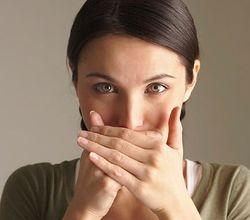 комочки в горле с запахом