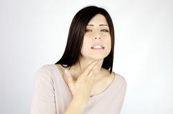 Симптомы застрявшего в горле волоска